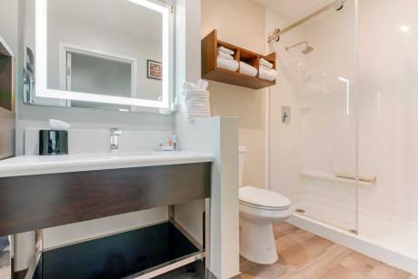 1 KING SUITE Bathroom
